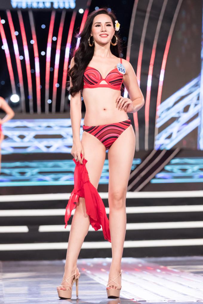 <p> Cô cùng các thí sinh lần lượt trải qua ba phần thi: Trình diễn áo dài, bikini và dạ hội. Tuy nhiên người đẹp sinh năm 1996 không được chọn vào chung kết toàn quốc.</p>