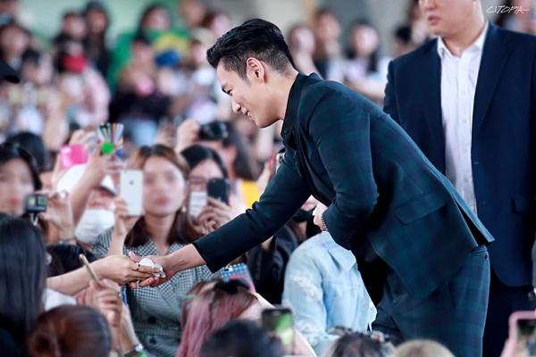 T.O.P bắt tay fan trong ngày xuất ngũ.