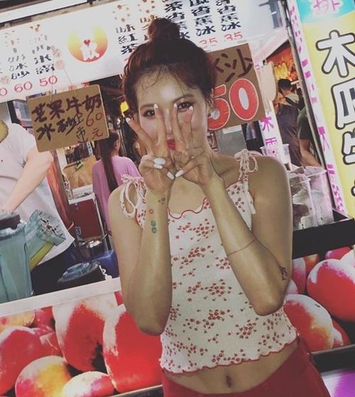 Hyuna mặc áo hai dây ngắn khoe cơ bụng săn chắc khi dạo chợ đêm ở Đài Loan.