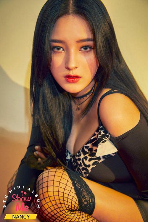 Em út girl group MOMOLAND Nancy chính là idol nữu thay đổi ngoại hình với tần suất nhiều nhất, khi thì dịu dàng, nữ tính lúc lại cá tính, nổi bật với màu tóc chói loá. Giờ đây cô nàng lại khiến cư dân mạng xôn xao với hình ảnh sexy hơn nhờ kiểu make-up cực tây của mình.