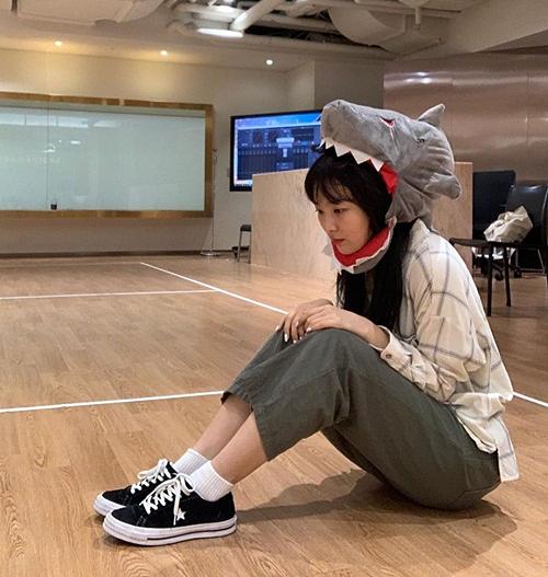 Seul Gi đội mũ cá mập ngộ nghĩnh