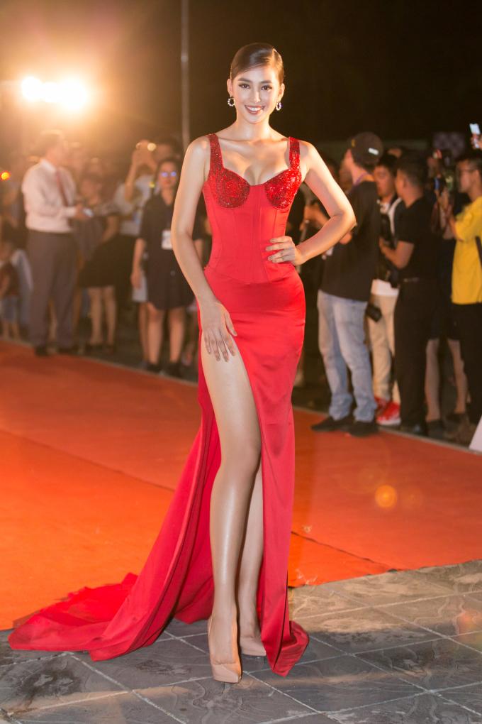 <p> Trên thảm đỏ tối qua, Tiểu Vy thu hút chú ý với chiếc đầm đỏ rực ôm sát, xẻ tà siêu cao để khoe chân dài.</p>