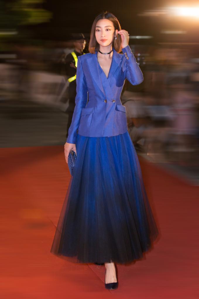 <p> Đỗ Mỹ Linh mặc blazer cùng váy xòe thanh lịch.</p>