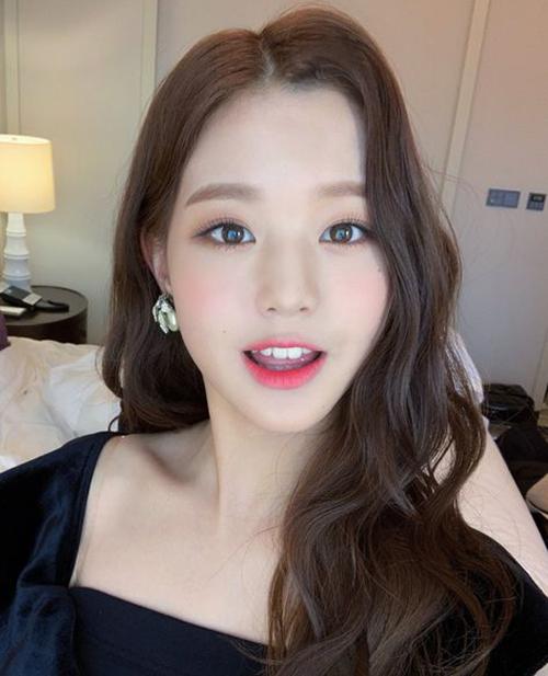 Won Young cực mê đắm với gam màu make-up đỏ- tím được các idol Hàn ưa chuộng, nhưng lại tạo sự khác biệt nhờ cách đánh mắt khói phiên bản
