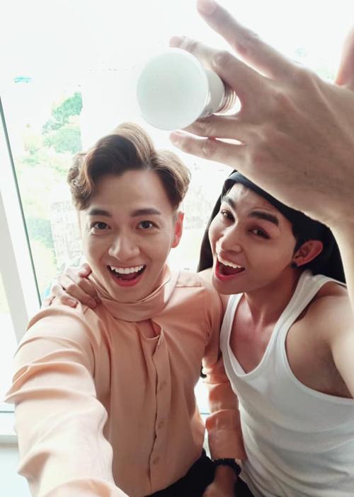 Đôi bạn thân Ngô Kiến Huy - Jun Phạm cũng hút bão like nhờ bức ảnh bắt kịp trào lưu, chứng minh độ hài hước của cả hai.