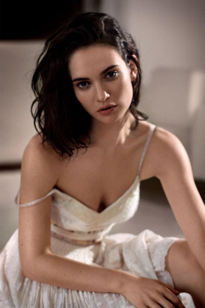 <p> Phiên bản Cinderella của Lily James mang chút gì đó hơi... quê mùa. Tuy nhiên, nữ diễn viên 30 tuổi lại chinh phục khán giả bằng sự tự tin và nụ cười rạng rỡ. Ở ngoài đời, Lily James đi theo phong cách mạnh mẽ, cá tính.</p>