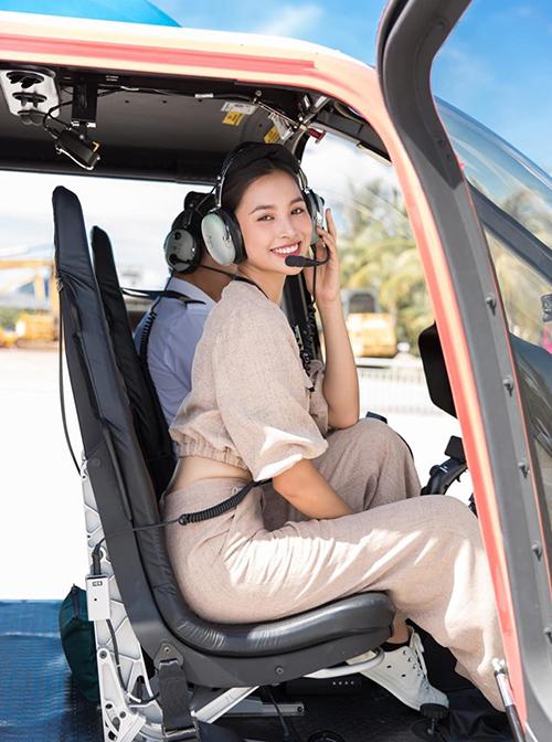 Tiểu Vy phấn khíchtrong lần đầu tiên được đi trực thăng.