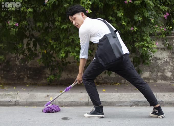 <p> Bạn Đặng Việt Anh ( Đông Anh - Hà Nội) trong vai một cậu học sinh vừa đi học về và bị mẹ bắt lau nhà.</p>