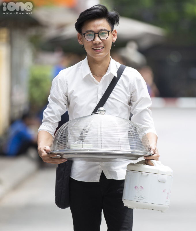 <p> Bạn Nguyễn Kim Cương (Thái Nguyên)mang theo mâm cơm và nồi cơm điện làm đạo cụ cho kịch bản.</p>