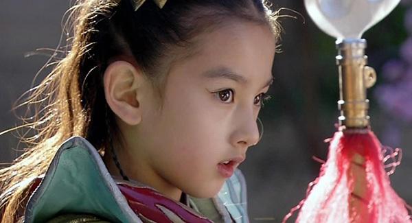 Tống Tổ Nhi được khán giả nhớ nhất với vai diễn Na Tra trong Bảo Liên đăng tiền truyện. Ngôi sao sinh năm 1998 sở hữu sống mũi cao, đôi mắt to tròn từ khi còn nhỏ.