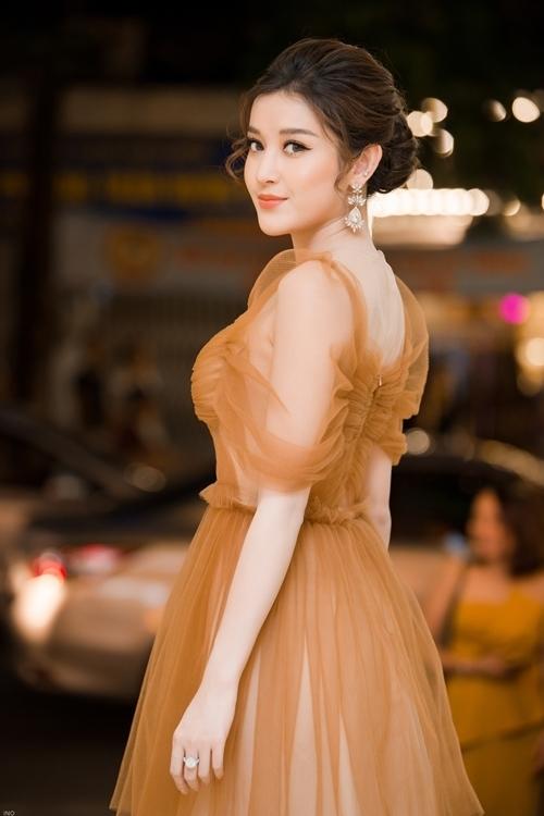 Tối 8/7, Huyền My đảm nhận vai trò giám khảo của sự kiện Đêm hội ngộ Miss & Mister Hà Nội. Xuất hiện tại sự kiện, cô gây chú ý khi khoác lên mình bộ váy voan tay bồng, gam màu nude.