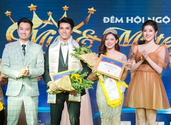 Huyền My và Anh Tuấn trao giải cho hai thí sinh chiến thắng.