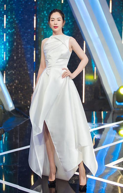 Mai Thanh Hà là khách mời trong số gần nhất của Người ấy là ai - chương trình thu hút sự quan tâm trên kênh HTV2. Nữ diễn viên đến quay hình với bộ đầm trắng dài chấm đất khá cầu kỳ. Khi đứng chụp hình, thiết kế này trông khá đẹp và không bị quá gợi cảm.