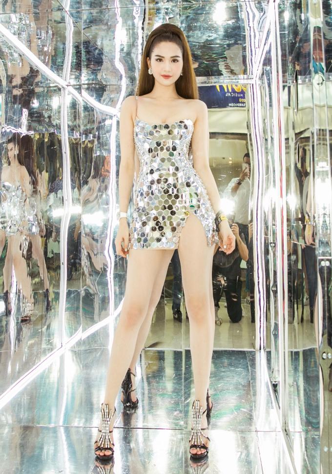 <p> Ngay cả khi diện váy siêu ngắn, Ngọc Trinh vẫn chuộng cách khoét đùi cao nhằm tăng thêm độ gợi cảm.</p>