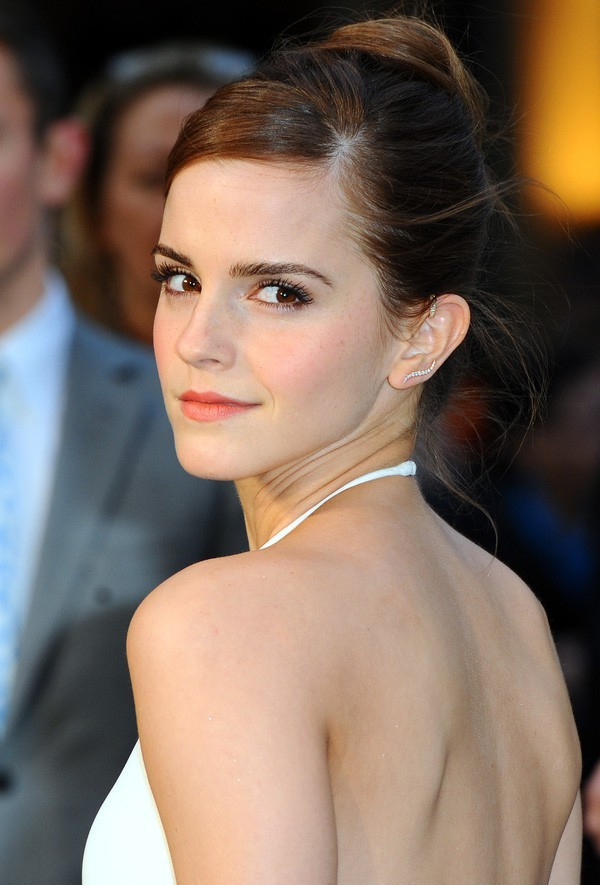 """<p> Ở ngoài đời, nhan sắc của Emma Watson giành được nhiều lời ngợi ca từ khán giả. Cô được ví von như """"Đóa hồng nước Anh"""" với vẻ đẹp mong manh và thanh tú.</p>"""