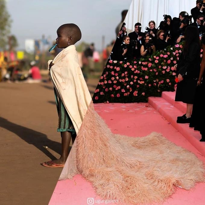 <p> Chẳng dám mơ ước đến những chiếc váy đắt tiền, một chiếc khăn choàng cũ cũng khiến cô bé tưởng tượng: Mình là công chúa trong câu chuyện cổ tích.</p>