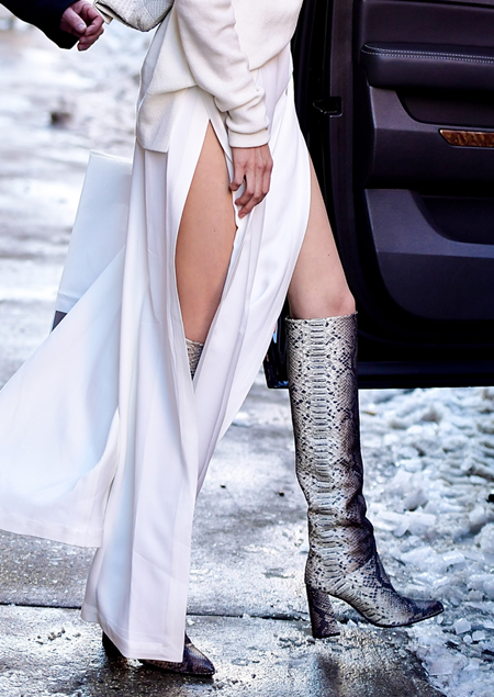Nhìn đôi chân, bạn có phân biệt được Gigi và Bella Hadid?