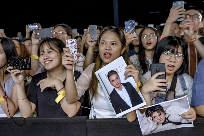 <p> Nhiều bạn nữ mang theo poster, dùng điện thoại để ghi lại những khoảnh khắc đẹp trên sân khấu.</p>