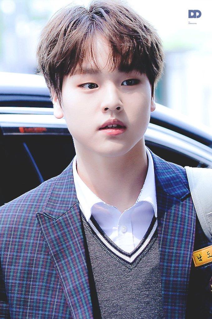 """<p> Nam Do Hyun có khuôn mặt baby, đáng yêu hết nấc. Netizen gọi nam thực tập sinh là người ''thở thôi cũng thấy đáng yêu"""".</p>"""