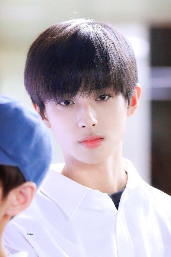 <p> Kim Min Gyu là nam thần như bước ra từ những bộ manga học đường. Anh chàng có khuôn mặt nhỏ, đường nét thanh tú và cực hợp với áo sơ mi trắng.</p>