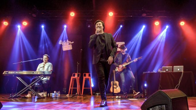 """<p> Anh có màn kết hợp với Jesse McCartney trong ca khúc """"Bleeding Love"""". Nam ca sĩ người Việt chia sẻ: """"Đã lâu lắm rồi Thanh không lên sân khấu. Khi được Jesse mời tham gia trình diễn bài hát này, Thanh không thể từ chối. Đây là một bài hát huyền thoại, đã được đề cử cho giải Grammy. Chính nó cũng từng đưa Thanh lọt vào top 24 cuộc thi Australian Idol 2008. Jesse McCartney là một nghệ sĩ rất tài năng, với chất giọng lạ và cao. Thanh mong sự kết hợp này sẽ tạo ra một màn trình diễn đáng nhớ cho tất cả khán giả"""".</p>"""