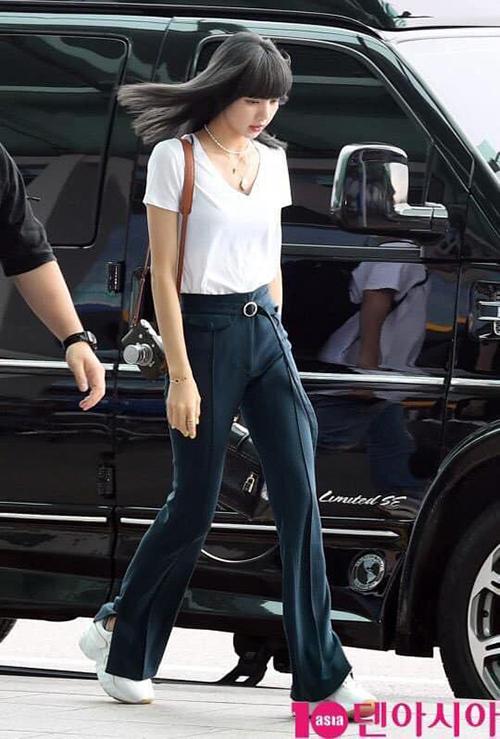 Trong hình ảnh mới nhất tại sân bay, Lisa gây chú ý với diện mạo đơn giản nhưng vẫn đẳng cấp. Cô nàng khoe dáng chuẩn cùng bộ cánh áo thun - quần loe ôm sát. Điểm nhấn là mái tóc màu đen ánh khói mới toanh.
