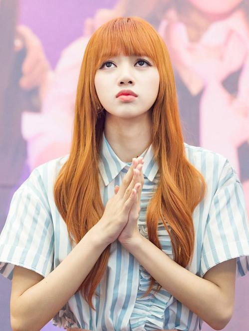 Nhiều người cho rằng vì có gương mặt xinh đẹp như búp bê nên Lisa để kiểu tóc, màu tóc nào cũng hợp.