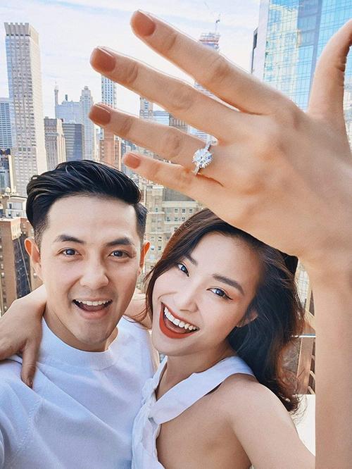 Sáng 9/7, Đông Nhi khoe ảnh chụp cùng Ông Cao Thắng ở New York, tiết lộ đã nhận lời cầu hôn của bạn trai sau 10 năm hẹn hò. Trên tay cô là chiếc nhẫn kim cương có kích thước nổi bật, được dự đoán có giá gần 3 tỷ đồng.