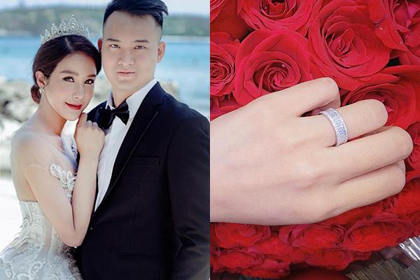 Khác với các mỹ nhân Việt, Diệp Lâm Anh được cầu hôn với một chiếc nhẫn có kiểu dáng độc đáo, phù hợp với cá tính mạnh mẽ của cô. Chiếc nhẫn có bản lớn, đính vô số viên kim cương li ti xung quanh.