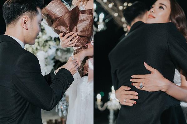 Ưng Hoàng Phúc cầu hôn bà xã Kim Cương hồi năm 2018 với chiếc nhẫn có kiểu dáng cầu kỳ, đính kim cương tinh xảo, giá khoảng 1,4 tỷ đồng.