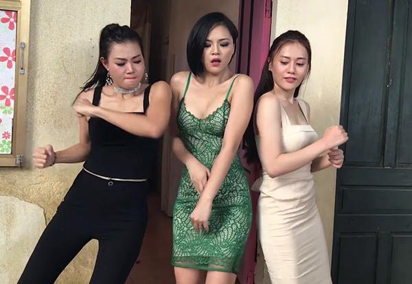 Là vedette của động Thiên Thai, trong phim, Thu Quỳnh ăn mặc táo bạo nhất. Có lợi thế hình thể với vòng một đầy đặn, eo thon, nữ diễn viên không ngại diện những bộ đồ kiệm vải, trong khi những cô gái khác chỉ mặc đồ sexy vừa đủ.