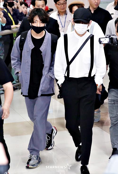 Jung Kook kết hợp hanbok cách tân với áo thun đen và sneakers, pha trộn giữa style hip-hop và truyền thống.