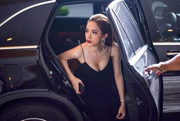 Hương Giang được fan nhận xét làbước xuống xe cũng rất thần thái.