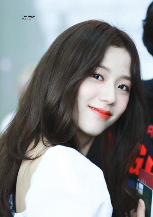 Ji Soo cực thân thiện với phóng viên, người hâm mộ ở sân bay. Chỉ một khoảnh khắc quay đầu, thành viên Black Pink