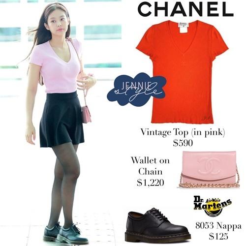 Nữ ca sĩ ưa chuộng những sản phẩm của Chanel khi ra sân bay. Chiếc áo nhìn đơn giản nhưng có giá lên tới 590 USD (khoảng 13,6 triệu đồng).