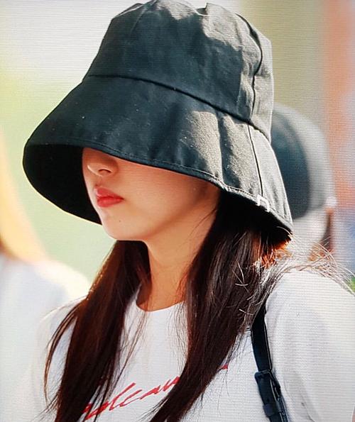 Mina xuất hiện ở sân bay sang Nhật ngày 5/7 với tình trạng sức khỏe không tốt.