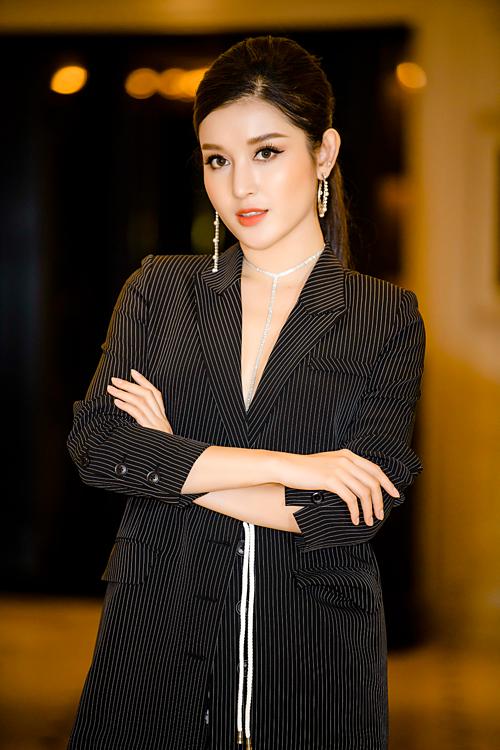 Ở tuổi 25, Huyền My sở hữu khối tài sản lớn. Hồi đầu năm, cô chuyển sang sinh sống tại căn hộ cao cấp ở phố Liễu Giai, Hà Nội. Dịp 8/3, cô cũng tự thưởng cho bản thân chiếc siêu xe thể thao hai chỗ Jaguar F-Type Coupé giágần 7 tỷ đồng.