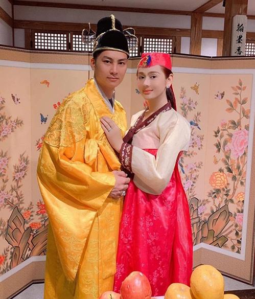 Lâm Khánh Chi và ông xã mặc hanbok hóa nhân vật cổ trang.