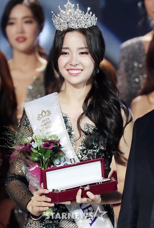 Tân Hoa hậu Hàn bị xì xào vì có bố là kẻ bạo hành