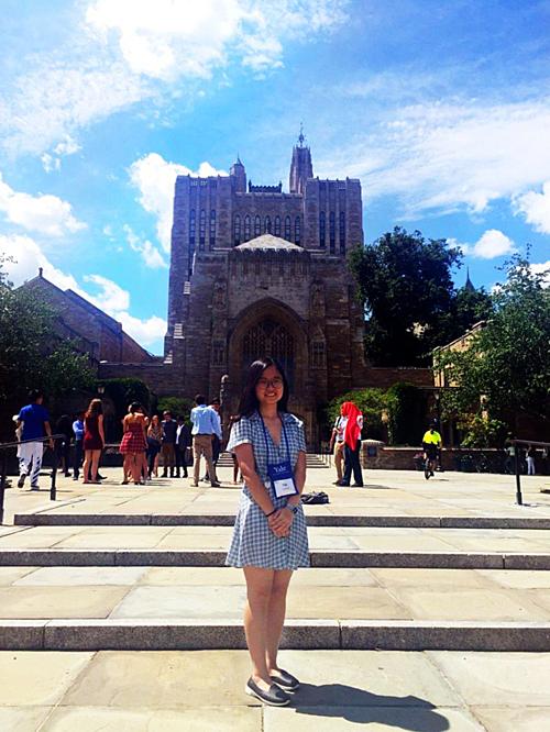Nga Nhi trong chuyến tham dự trại hè tại Yale.