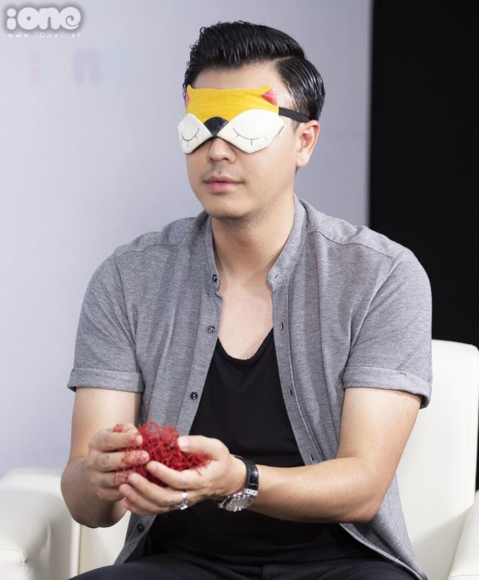 <p> Tuấn Tú, Thu Quỳnh trong thử thách<em> Bịt mắt đoán vật</em>.</p>