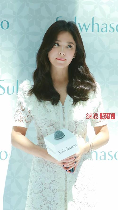 Nhiều người lo lắng Song Hye Kyo có thể sẽ mất nhiều hợp đồng quảng cáo bởi ảnh hưởng từ vụ ly hôn. Tuy nhiên ngày 10/7, đại diện của Amore Pacific, thương hiệu mỹ phẩm hàng đầu Hàn Quốc, đã đưa ra thông báo về trường hợp của nữ diễn viên. Theo đó, sẽ không có sự thay thế người mẫu đại diện bởi ly hôn là chuyệnriêng tư, trong hợp đồng không ràng buộc vấn đề cá nhân. Trong sự nghiệp gần 2 thập kỷ qua, Song Hye Kyo đã xây dựng được hình tượng đẹp, phù hợp nhiều nhãn hàng. Do đó, việc ly hôn sẽ không ảnh hưởng đến công việc.