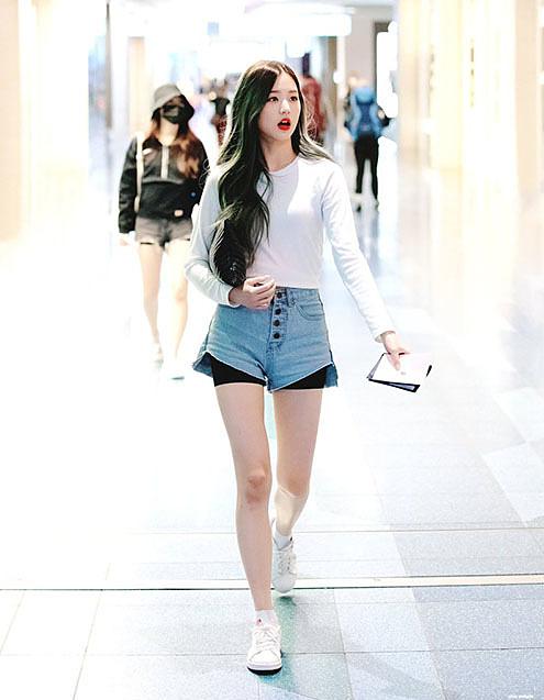Thời trang sân bay khoe dáng triệt để của idol 15 tuổi Jang Won Young - 1