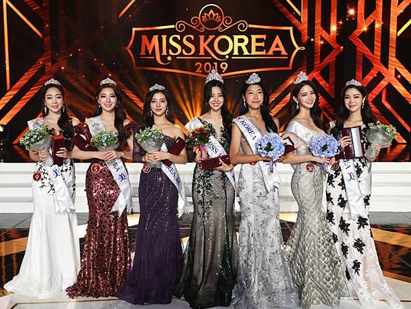 Tối 11/7, chung kết Miss Korea 2019 khép lại với chiến thắng thuộc về Kim So Yeon, 20 tuổi (giữa). Cuộc thi cũng chọn ra hai Á hậu và 4 quý quân.