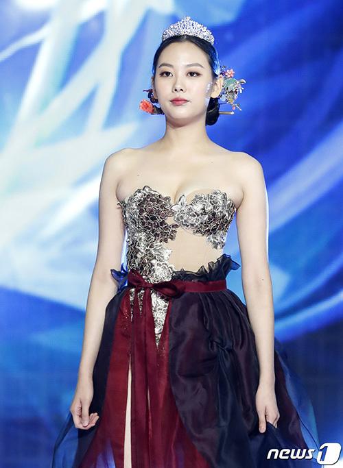 Bên cạnh đó, vì các người đẹp trình diễn đều từng chiến thắng cuộc thi năm ngoái nên việc để các bông hậu mặc khoe ngực, khoe chân cũng bị cho là không phù hợp văn hóa Á Đông.