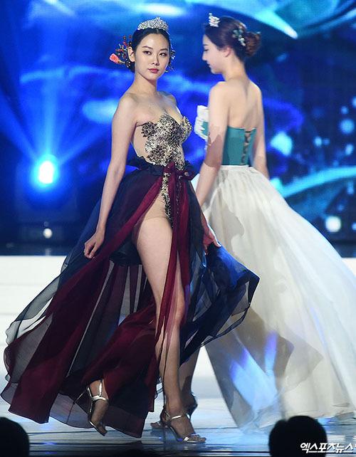 Nhiều khán giả tức giận khi thấy BTC chương trình biến bộ trang phục truyền thống thiêng liêng thành những bộ đồ quá sexy. Quá rẻ tiền, Đây mà gọi là hanbok sao?, Thà cứ thi áo tắm luôn cho xong, netizen bình luận.