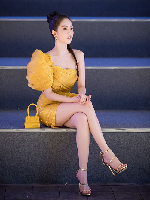 Chân dài còn sắm hai chiếc hai màu để kết hợp trang phục.