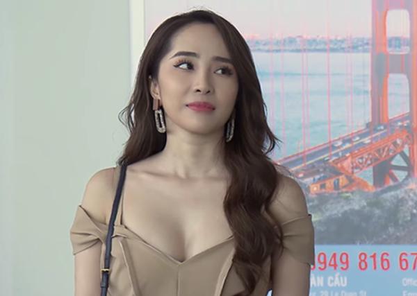 Vốn có hình thể gợi cảm, Quỳnh Nga không ngại khoe dáng bằng những bộ váy kiệm vải trong phim. Tuy nhiên trang phục lộ liễu vòng một của cô bị chê là chưa làm toát lên nét sang trọng của một chuyên gia kinh tế.