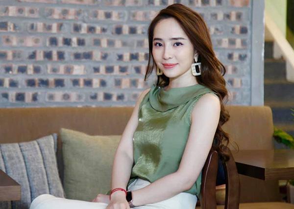 Quỳnh Nga nhận được nhiều lời khen hơn hẳn khi diện những trang phục kiểu dáng công sở thanh lịch, kín đáo, thể hiện được vẻ đẹp có học thức.
