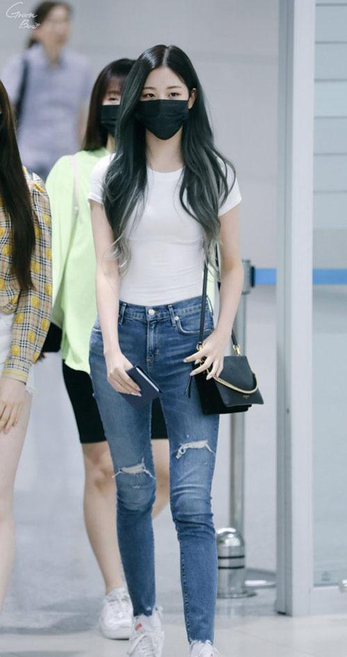 Thời trang sân bay khoe dáng triệt để của idol 15 tuổi Jang Won Young - 4